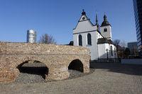 Relikte des römischen Kastells Divitia vor der ehemaligen Klosterkirche Alt St. Heribert