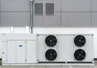 Klimaanlage mit Ventilatoren und Belüftung auf einem Parkplatz von Aldi Süd in Landsberg am Lech