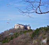 Gleitschirmflieger bei der Burgruine Hohenneuffen, Schwäbische Alb
