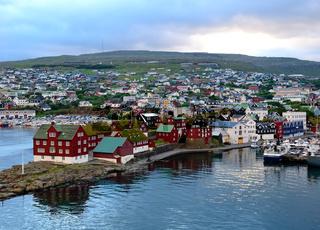 Hauptstadt Torshavn von Farör. Hafen und markante Grasdächer