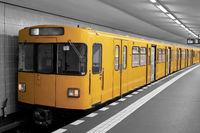 U-Bahn in einem Bahnhof in Berlin