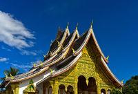 Mehrstufiges Dach im Thai-Stil mit stilisierten Naga-Sclangen an den Dachenden,Luang Prabang, Laos