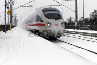 Deutsche Bahn AG - ICE verwirbelt Schnee.