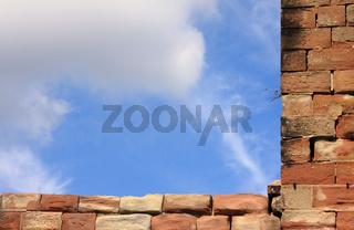 Mauervorsprung vor Wolkenhimmel