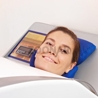 Lächelnde Frau in Ozonkabine