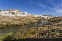 Altstadt von Mértola mit Burg und Rio Guadiana, Alentejo, Portugal