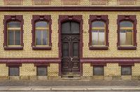 Fassade eines Hauses in den Farben Rot-Gelb