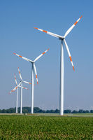Moderne Windkraftanlagen vor blauem Himmel