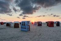 Strandkörbe am Strand von Neuharlingersiel bei Sonnenuntergang, Nordsee, Ostfriesland, Deutschland