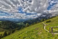 Wanderweg durch Berg und Tal in schöner Natur mit tollem Wolkenspiel