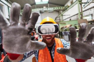 Fabrik Arbeiter mit VR-Brille greift und tastet mit Händen