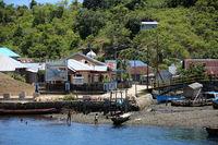 kleines, namenloses Fischerdorf auf der Insel Mauri