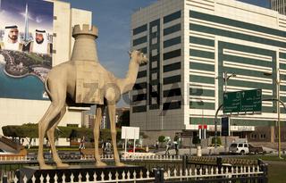 Kamelstatue mit einem Schachturm Dubai