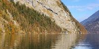 Felswand am Königssee in Bayern mit Spiegelung