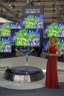 Assistentin praesentiert 3D OLED Flachbildschirme der Firma LG auf der Internationalen Funkausstellung IFA 2012 in Berlin, Deutschland, Europa