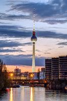 Die Skyline von Berlin nach Sonnenuntergang