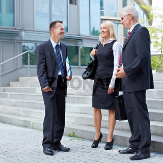 Gruppe von Geschäftsleuten redet