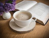 Kaffee trinken und Bücher lesen