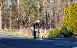 Feuerwehr Feuerwehrmann am Hydranten