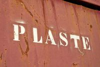 Schriftzug mit dem Wort Plaste an einem Container zum Sammeln von Plastikabfällen