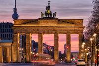 Das berühmte Brandenburger Tor in Berlin mit dem Fernsehturm