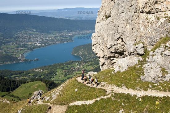 Wanderer im Bergmassiv Bornes (Massif des Bornes) über dem See von Annecy (Lac d'Annecy)