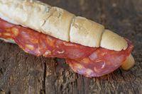 spanische Chorizo-Scheiben in Brot