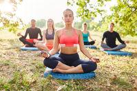 Freunde im Yoga Kurs bei einer Meditation