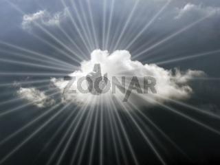 Die Hand Gottes am Himmel mit Wolke und leuchtenden Strahlen
