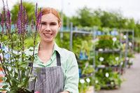 Junge Frau als Gärtner Lehrling mit Lavendel