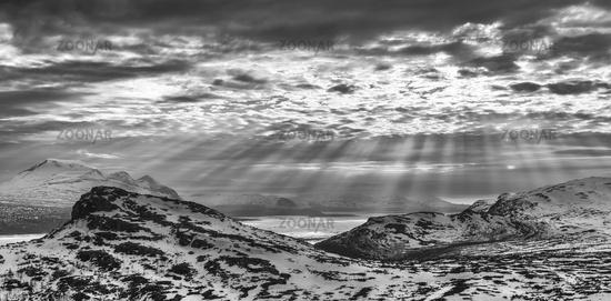 Abendstimmung ueber dem Akkamassiv und dem gefrorenen See Akkajaure, Stora Sjoefallet Nationalpark, Welterbe Laponia, Lappland