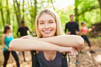 Glückliche junge Frau als Fitness Trainer