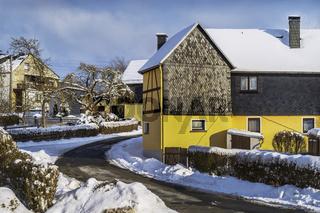 Winterliche Strasse durch das Dorf