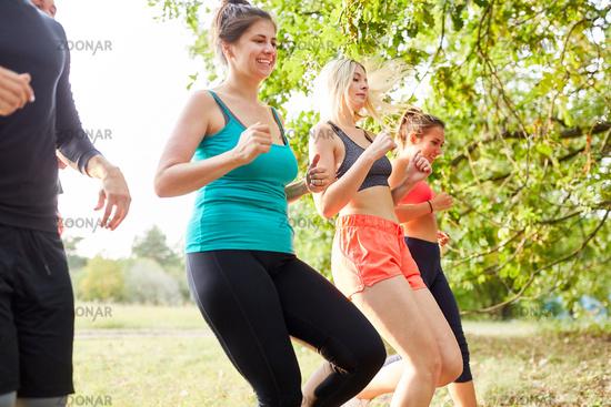 Gruppe junger Leute joggt zusammen in der Natur