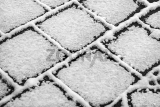 Struckturen von Gehwegplatten im Winter