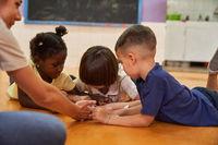 Kinder spielen zusammen im Kindergarten oder Hort
