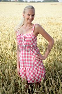 Blonde Frau im Kornfeld