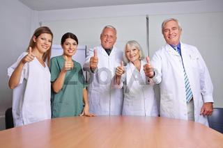 Medizinisches Team hält Daumen hoch