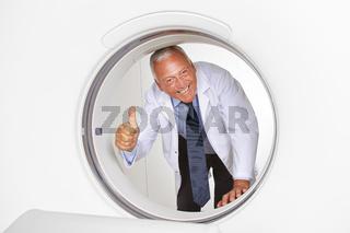 Arzt hält Daumen hoch im MRT