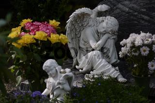 Sitzender weißer Marmorengel   Sitting white marble angel