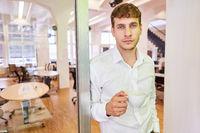 Start-Up Gründer mit einer Tasse Kaffee im Büro