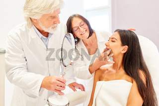 Beratung einer Patientin vor der Behandlung