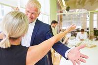 Business Leute feiern einen Erfolg im Büro