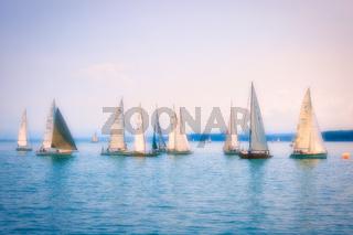 Segelboote auf dem Bodensee bei romantischer Stimmung (Weichzeichner)