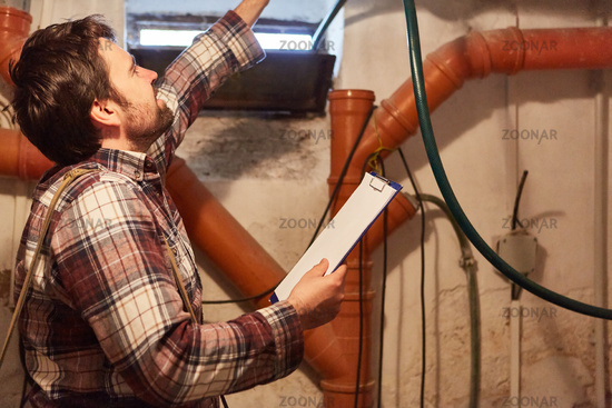 Heimwerker bei DIY Kontrolle der Installation im Keller