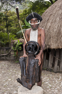 Dani Haeuptling zeigt Kurulu-Mumie