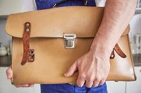 Handwerker vom Notdienst mit Werkzeugtasche