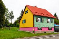 Ein lustiges Haus an der Hauptstraße in der Stadt Kupjak, Kroatien