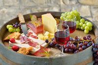 Südtiroler Spezialitäten auf einem Weinfass serviert