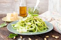 Zucchini Spaghetti mit Pesto